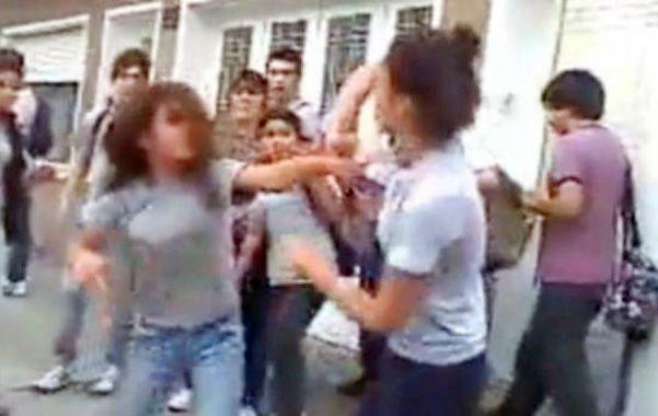 Penoso. Los enconos son dirimidos con violencia en recreos o fuera del curso.