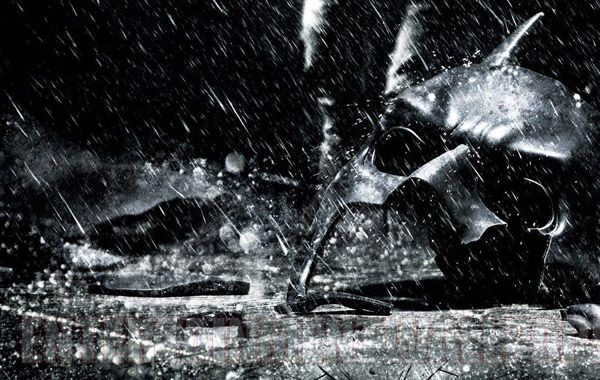 La película es considerada la más desesperanzada de las tres de Nolan. Llega días después de una masacre durante la noche del estreno.