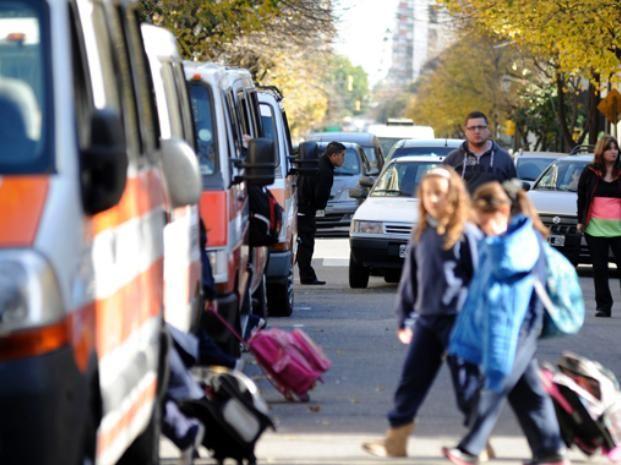 Comenzó a regir la prohibición de estacionar frente a otros cuatro colegios del centro
