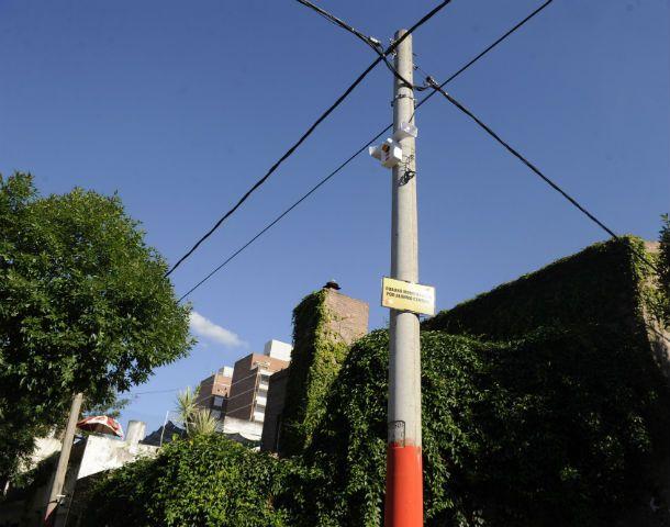 Las alarmas se colocan en los postes de alumbrado y los vecinos pueden accionar la sirena con un control remoto.