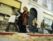 La peatonal está sucia y llena de obstáculos para caminar