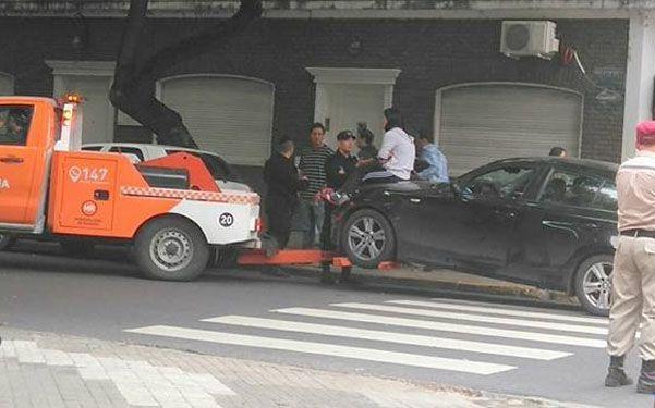 ira. Una mujer se resistió a que le lleven el auto