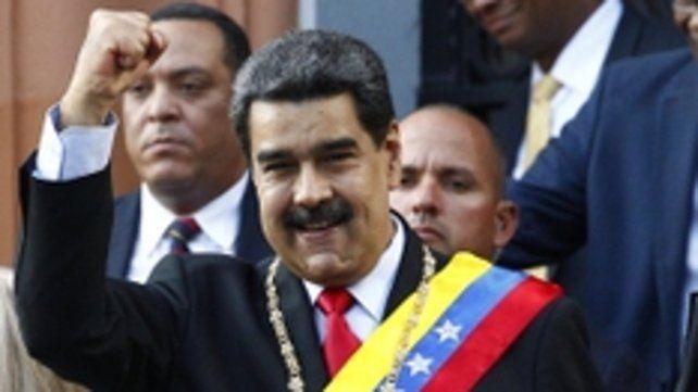 envalentonado. El mandatario al retirarse ayer de un acto oficial junto a su esposa en Caracas.
