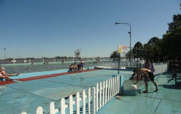 Recreo. La pileta es la más grande de la zona. Tiene 100 metros con agua abastecida de la laguna lindante El Chañar.