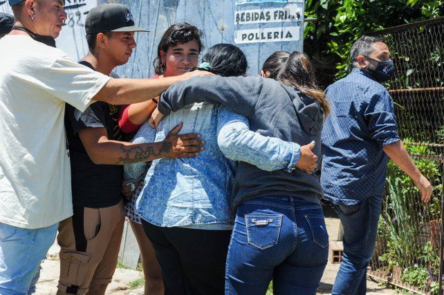 El fiscal Adrián Spelta y la familia de la víctima en la casa donde ocurrió el allanamiento fatal.