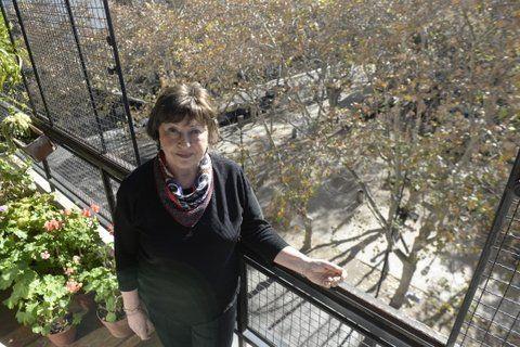 La escritora Marta Ortiz vive en una torre frente a la plaza 25 de mayo, desde su balcón vio llegar a las primeras madres y abuelas de desaparecidos.