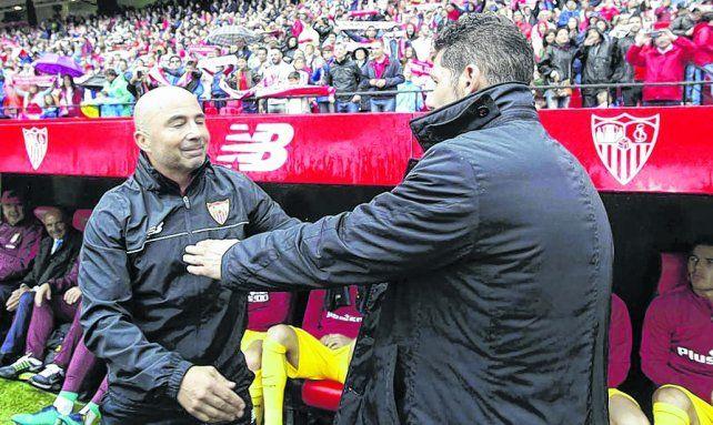 Los candidatos. Sampaoli y Simeone se acercan para abrazarse en el último partido entre Sevilla y Atlético de Madrid.