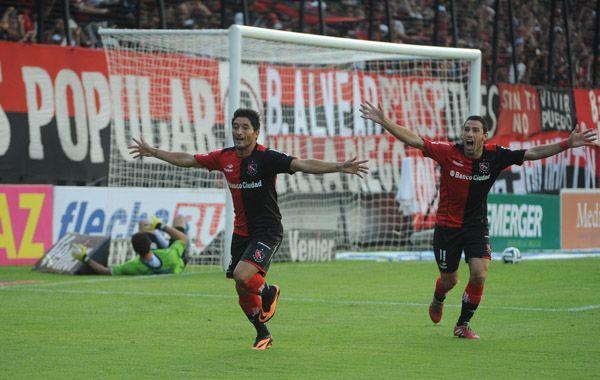Casco grita su gol y la Fiera se suma al festejo. Comienza a gestarse el gran triunfo rojinegro. (Foto: S. Suárez Meccia)
