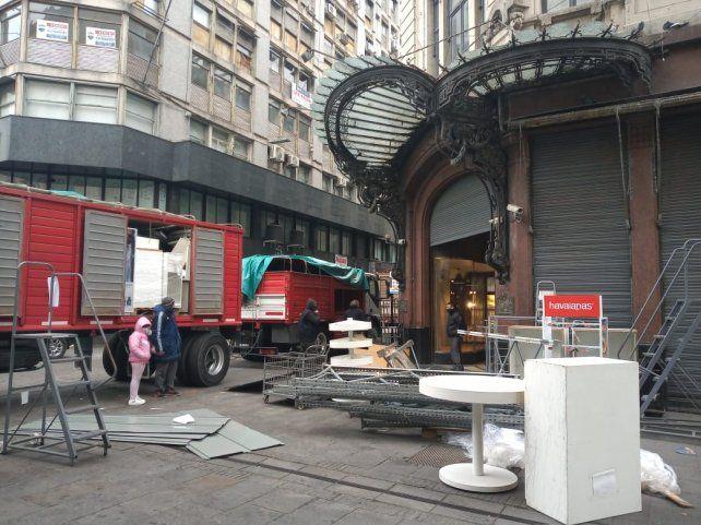 La empresa chilena retira los últimos artículos de la sucursal