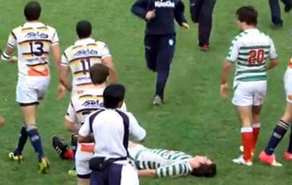 El jugador debió ser retirado en ambulancia tras la agresión.