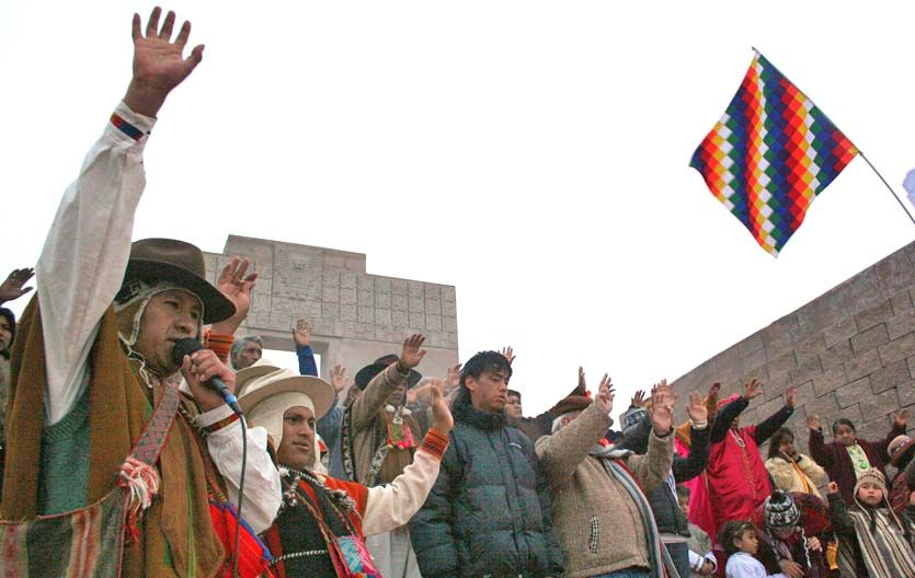 Festejo. Dirigentes de distintos pueblos en el barrio jujeño Alto Comedero.