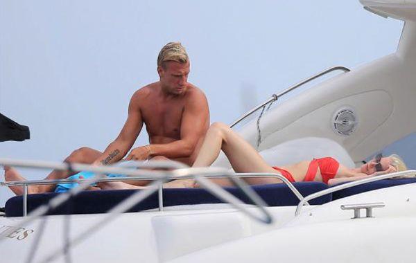 La pareja estuvo a los besos y mimos enn un yate en Ibiza.
