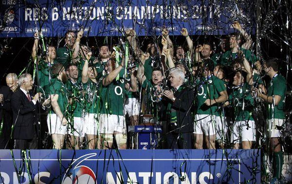El plantel de Irlanda festeja el título obtenido en París (Foto: AP)