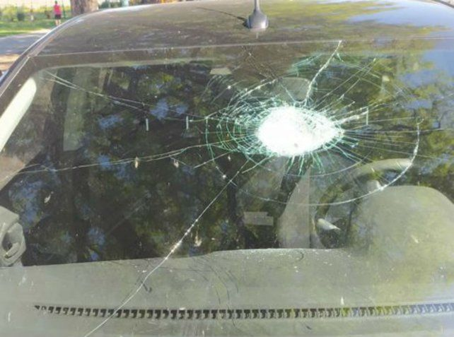 Conductores denunciaron que les arrojan piedras desde una plaza cercana a Pellegrini y Necochea
