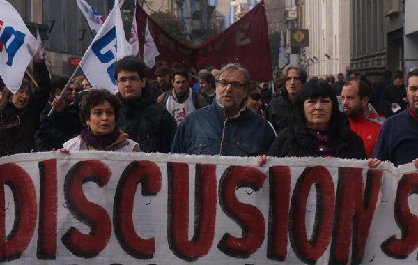 Los maestros nucleados en Amsafé se movilizaron ayer hacia plaza San Martín. (Foto: N. Juncos)