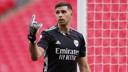 Emiliano Dibu Martínez resultó este viernes elegido entre los mejores arqueros del mundo por la prestigiosa revista France Football.