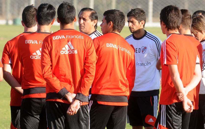 Con el grupo. El entrenador millonario dialoga con sus jugadores en la práctica.