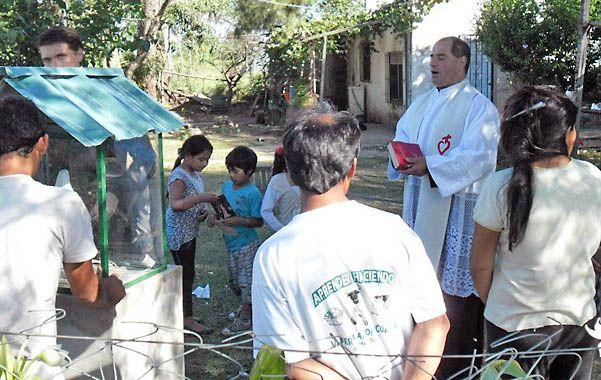 Oremos. Viña dirigiendo un rezo a la Virgen en el patio de una vivienda del barrio Cambaceres