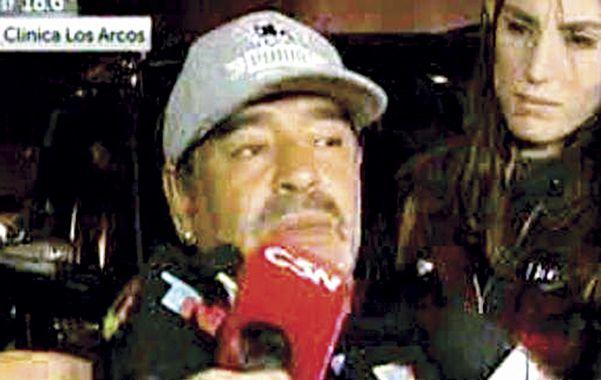 Diego Armando Maradona bajó del avión a las 21.53 y fue llevado raudamente a ver a su padre.