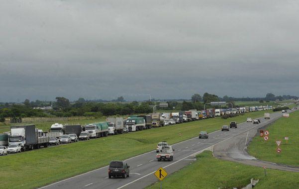 Cuello de botella. La autopista a Buenos Aires se taponó de vehículos luego de que se liberara el tránsito a la altura del arroyo Pavón.