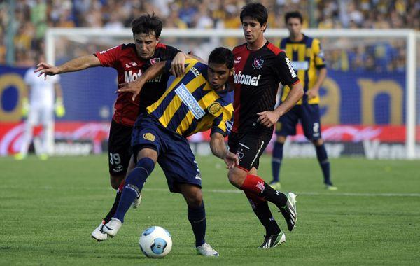 Delgado disputa el balón con Muñoz y Pérez. Fue en el partido pasado en el Gigante. Ahora el clásico se jugará en el Coloso. (Foto de archivo)