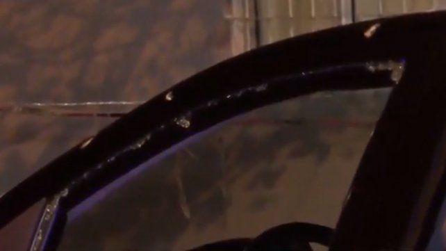 Un auto de la cuadra resultó baleado en la huida de los delincuentes.