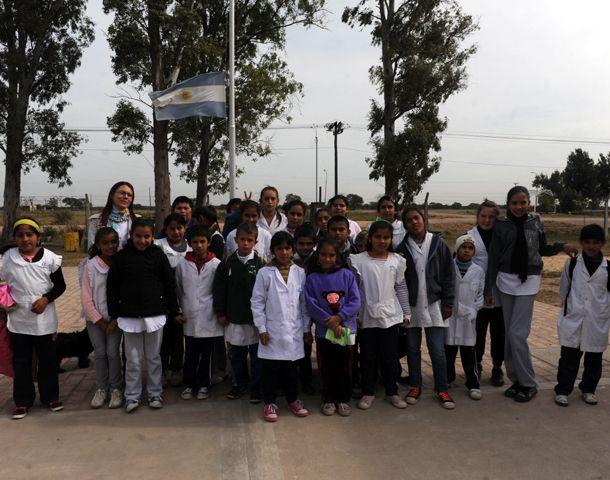 Docentes y alumnos de la Escuela 603