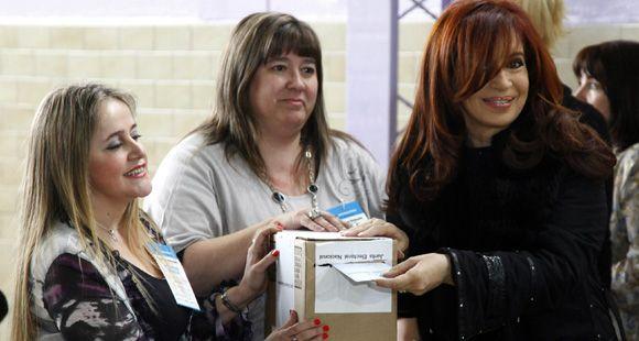 Cristina votó temprano en Río Gallegos rodeada del afecto de la gente