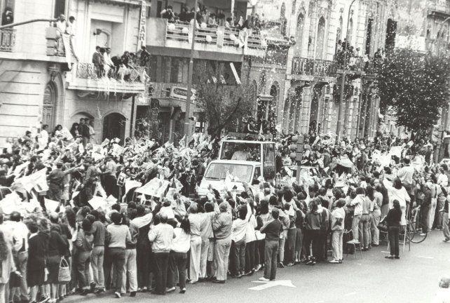 Juan Pablo II a bordo del papamóvil recorre las calles de Rosario acompañado por miles de personas.