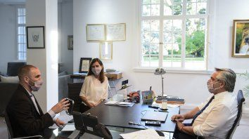 El presidente Alberto Fernández, la directora de la Ansés y el ministro Guzmán