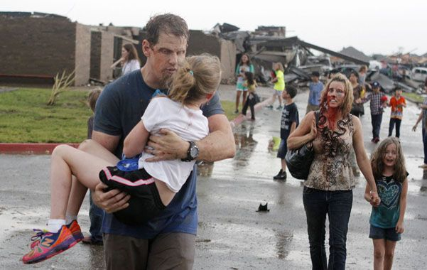 Oklahoma city. Dos maestros rescatan a niños de la escuela Plaza Towers.