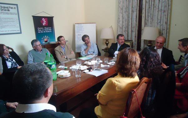 Encuentro. Cappiello se reunió en Venado con dirigentes y profesionales que hacen la investigación epidemiológica.