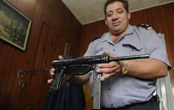 El arma. El jefe de la seccional 11ª muestra la poderosa PAM 1 secuestrada la mañana de ayer en La Tablada.