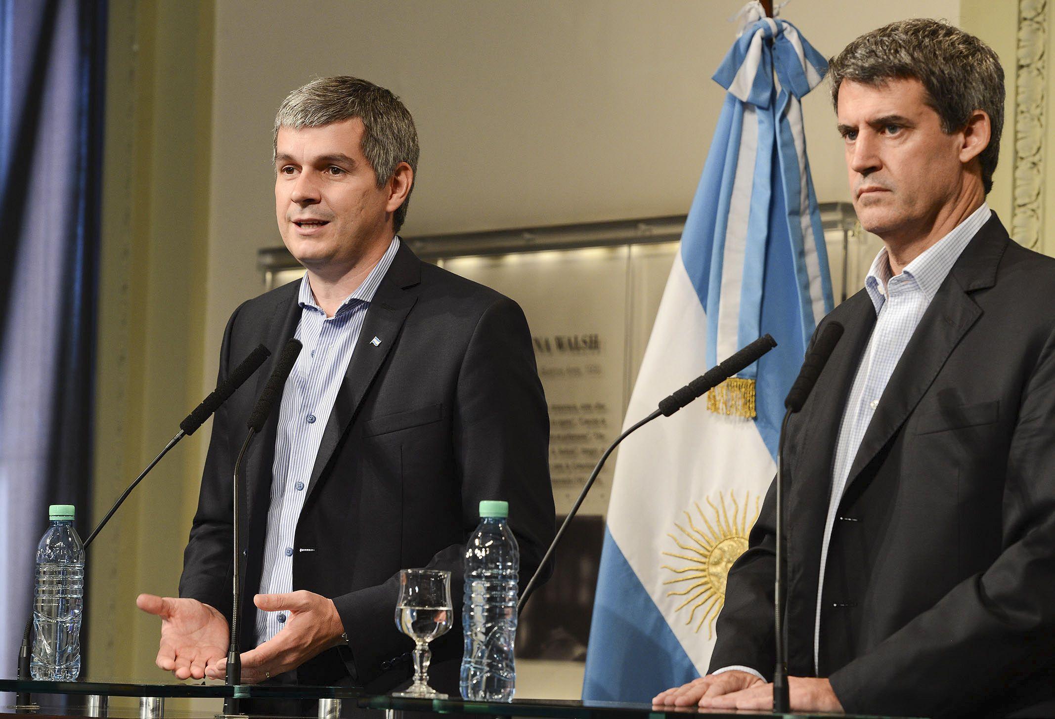 Voz oficial. Peña buscó enfriar el debate sobre techos salariales. Prat Gay dio su versión sobre la inflación. (NA)