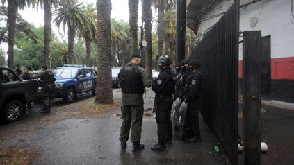 Operativo. Las fuerzas policiales allanaron el Coloso ayer a la mañana y encontraron una sala fortificada.