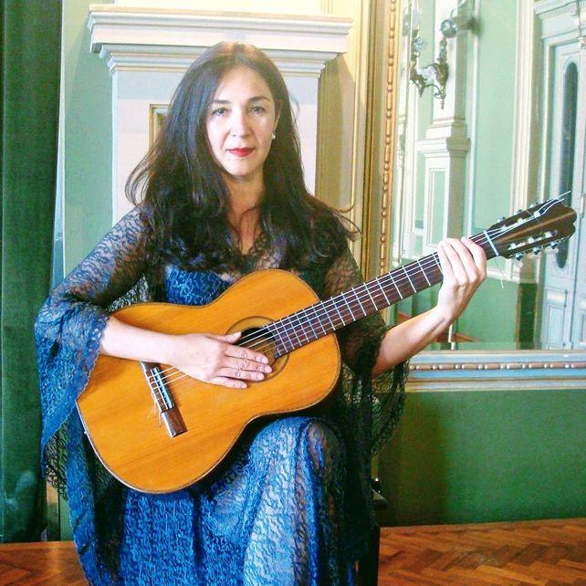 Verónica Muñoz es cantante, guitarrista, autora, compositora, productora y docente.