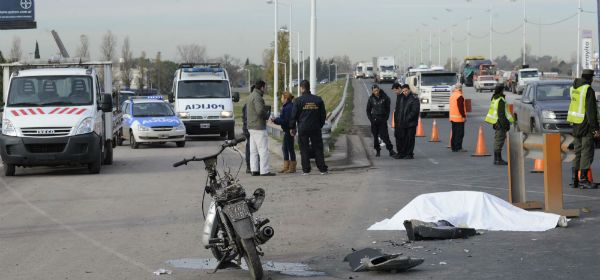 Circunvalación y Junín. El tránsito cortado y la víctima fatal del accidente. (Foto: Silvina Salinas).