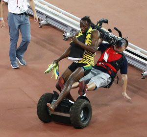 El camarógrafo atropella a Bolt luego de chocar el vehículo contra un rail.