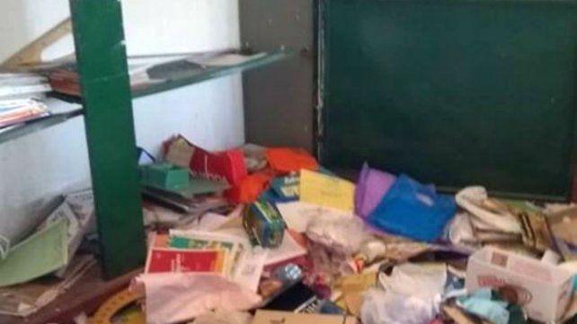 Los intrusos dejaron carpetas y libros destrozados por el piso.