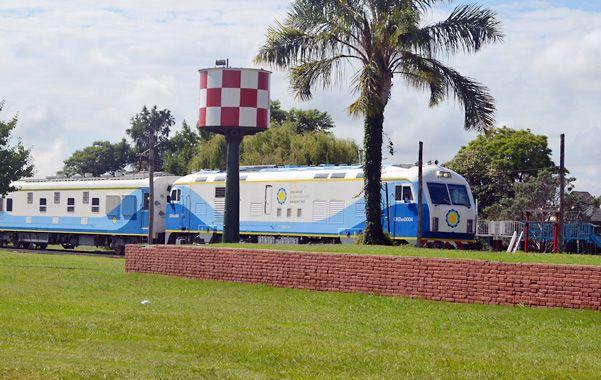 Tren de pasajeros en recorrido de pruebas en su paso por el Parque del Bicentenario y la estación de Roldán.