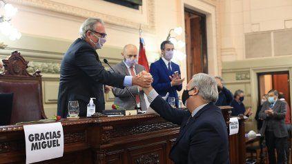 Sucesión. El diputado peronista Olivera saluda la asunción de Farías en Diputados. Cambio de época.