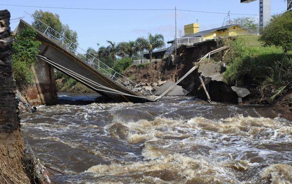 A pocos días de la tormenta se cayó el puente sobre el arroyo San Lorenzo.