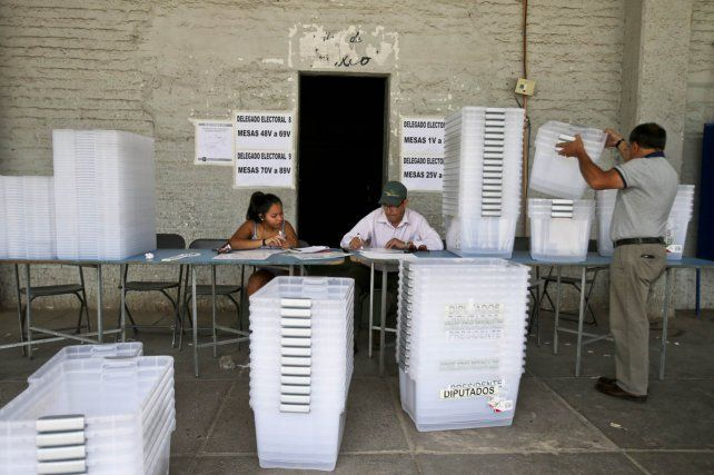 Final abierto. Ultimos aprestos en las mesas para sufragar: 14 millones de chilenos están habilitados para votar.