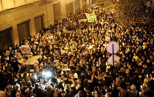 Protesta. Mucha gente frente al local de la empresa