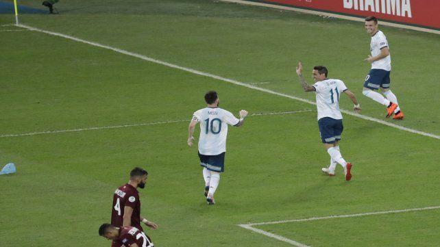 Juntos para celebrar. Gio acaba de anotar el segundo ante Venezuela y Leo Messi junto a Di María corren a abrazarlo.