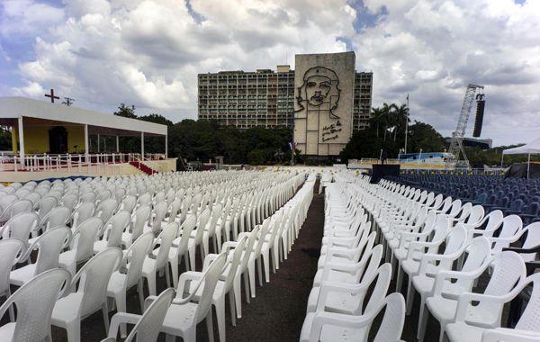 Una Plaza de la Revolución distinta. Los cubanos aguardan la llegada del Papa Francisco.