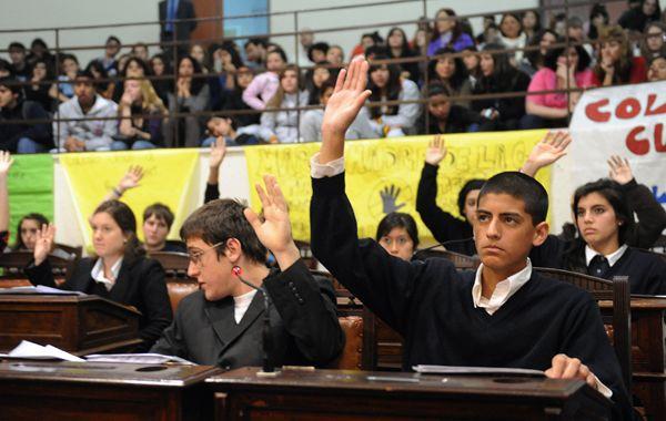 Los chicos participaron desde las bancas del Concejo rosarino. (Foto: A. Celoria)