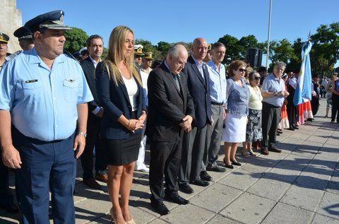 En el monumento. El gobernador Lifschitz y la titular del Concejo