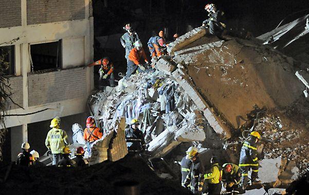Tarea delicada. Los rescatistas siguieron sacando los escombros a mano para evitar desmoronamientos
