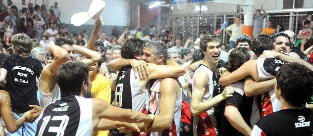 La fiesta del rojo. Los jugadores y sus hinchas celebran en el rectángulo de juego una conquista esperada.
